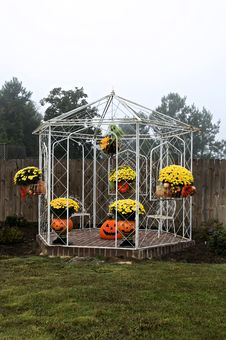 Free White Gazebo For Fall Royalty Free Stock Photos - 6779738