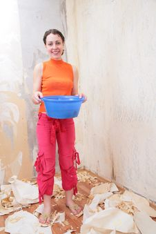 Free Girl With Basin Makes Room Renovations Royalty Free Stock Image - 6794096