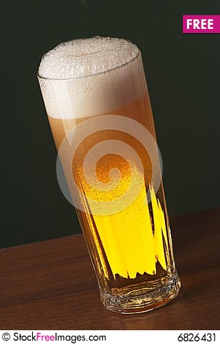 Free Freshly Poured Beer Stock Image - 6826431