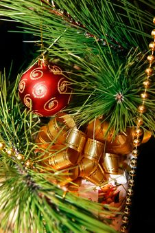 Free Gift Box And Xmas Tree Decoration Stock Images - 6832584