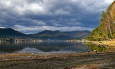 Free Coastline Lake Teletskoe And Cloudscape Royalty Free Stock Photography - 6861367