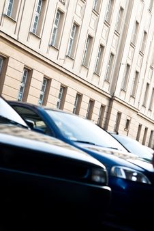 Free Cars Over High Building Royalty Free Stock Photos - 6900978