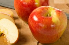 Free Cut Apples On Cutting Board Stock Images - 6921624