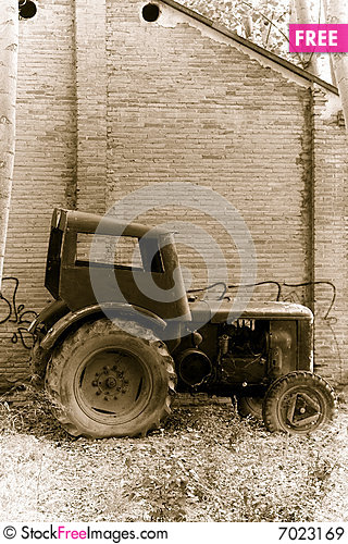 Free Old Tractor Royalty Free Stock Images - 7023169