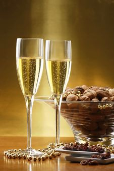 Free Glasses Of Champagne With Gold Background Royalty Free Stock Photography - 7032767