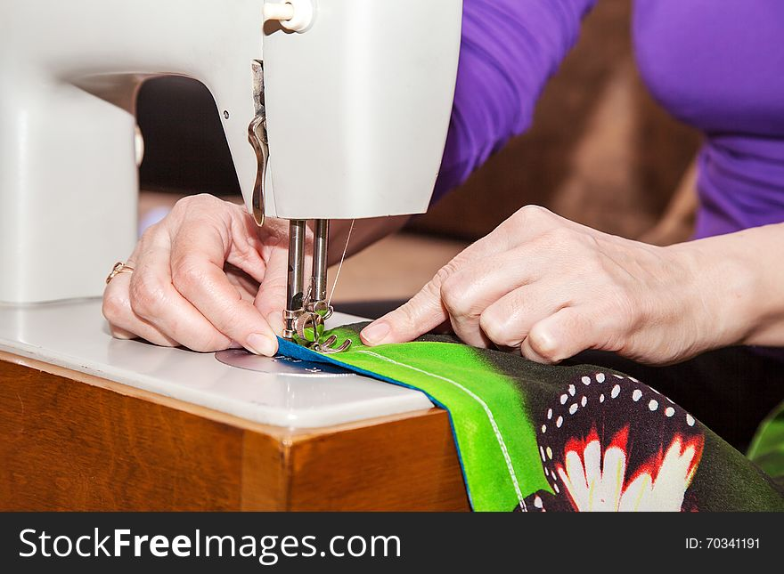 Woman S Hands Sewing On The Sewing Machine Free Stock Images Mesmerizing Hands Free Sewing Machine