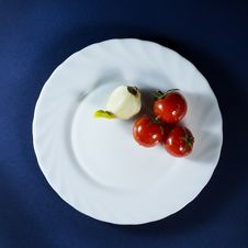 Free Tomatoes And Garlic In White Plate On Blue Background Royalty Free Stock Photography - 70619627