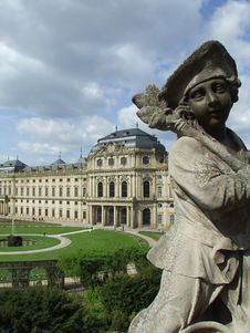 Free Sculpture And Palace Royalty Free Stock Image - 731826