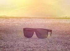 Free Black Sunglasses On The Beach In The Morning Royalty Free Stock Images - 73951169