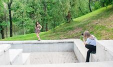 Photographer Takes A Woman Standing On The Stairs In The Park Royalty Free Stock Images