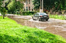 Free Car Riding On Big Puddle On The Road Royalty Free Stock Image - 76445036