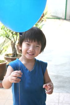 Free Little Boy Holding Balloon Royalty Free Stock Photo - 778035