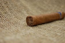 Free Cuban Cigar On Hessian Canvas Stock Photography - 7736622