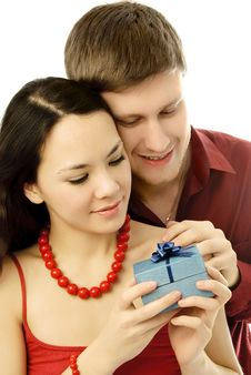 Free Young Man Gives A Present To His Girl Royalty Free Stock Photography - 7755737
