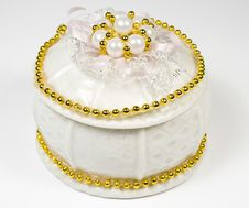 Free White Round Box With Costume Jewellery And Ornamen Royalty Free Stock Photography - 7767477