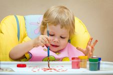 Free The Child Draws Paints Royalty Free Stock Images - 7814269
