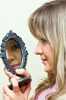 Free The Portrait Girl With Mirror. Royalty Free Stock Images - 7828529