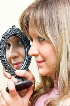 Free The Portrait Girl With Mirror. Stock Photography - 7828672