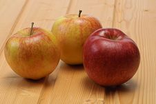 Free Apple On Wooden Plate Royalty Free Stock Photos - 7831938