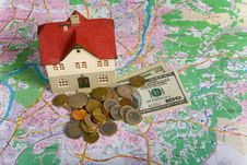 Free Miniature House On Money Royalty Free Stock Photography - 7840657