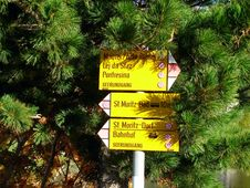 Free Direction Sign In St. Moritz Stock Images - 7846654
