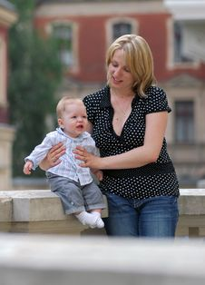 Free Mother And Child In A Park Royalty Free Stock Photos - 7875258