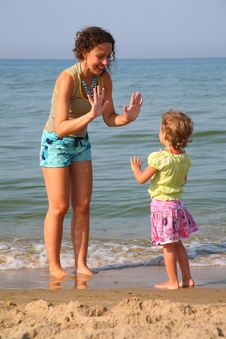 Free Mother Plays With Daughter On Beach Stock Photography - 7889662