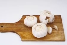 Free Garlic On A Plate Royalty Free Stock Image - 799256