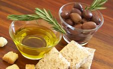 Free Two Jars Of Black Olives, Oil And Croutons Stock Photos - 7911823