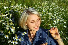 Free Young Woman With Daisy Stock Photo - 7915640
