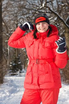Free The Girl  Walks In Snow-covered Park Royalty Free Stock Photos - 7920058
