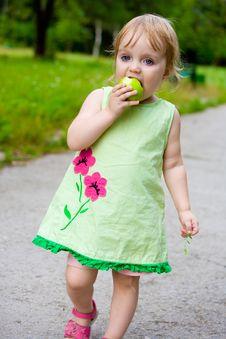 Free The Girl Eats Royalty Free Stock Photos - 7949968