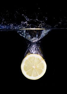 Free Splashing Lemon Slice Stock Photography - 7963062