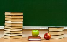 Free Closed Book And Fresh Apples Royalty Free Stock Image - 7977336