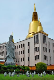Free Buddha Statue With Stupa Royalty Free Stock Image - 7989026