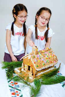 Free Twins Decorating Royalty Free Stock Images - 7989919