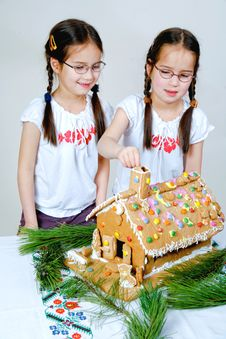 Free Twins Decorating Stock Images - 7989934