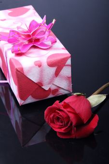 Free Roses With Gift Box Stock Images - 8020014