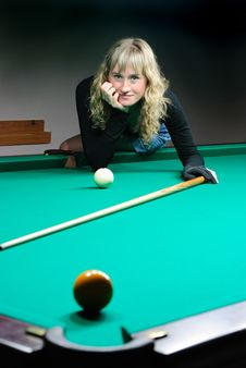 Free The Girl Plays Billiards Royalty Free Stock Photography - 8030237