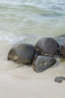 Free Rocks On Seashore Royalty Free Stock Photography - 8030597