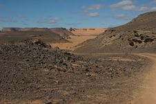 Free Rock And Curve In The Desert Royalty Free Stock Image - 8031366