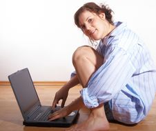 Free Young Woman With Laptop @ Home Royalty Free Stock Image - 8032906