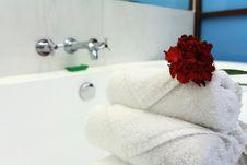 Free White Bathtub With Towel Stock Photos - 8048163