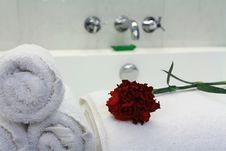 Free White Bathtub With Towel Stock Photography - 8048312