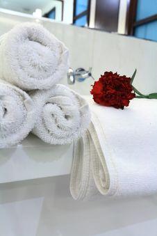 Free White Bathtub With Towel Stock Photo - 8048380