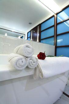 Free White Bathtub With Towel Stock Photo - 8048480