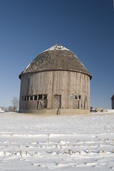 Free Single Round Barn In Winter Royalty Free Stock Image - 8048796