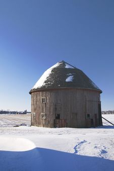 Free Single Round Barn In Winter Stock Photography - 8048802