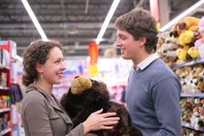 Free Couple In Shop With Soft Toy Royalty Free Stock Images - 8072209