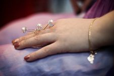 Free Some Hairpins With Pearls In A Female Hand Stock Image - 8073801